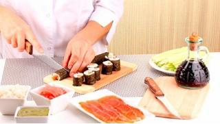 Сделаем сами суши! Мастер-классы по приготовлению суши и роллов в школе суши-мастерства Суши-Повар! Скидка 71%!