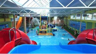 Мы спешим в аквапарк! Целый день в аквапарке Аква-Юна серфинг, горки, водопады, гейзеры, бильярд, сауна для взрослых и детей!