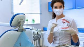 Чистка и отбеливание зубов, лечение кариеса любой сложности с установкой светоотверждаемой пломбы Prime-dent! Скидка 89%!